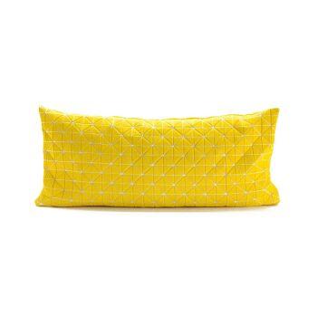 כרית צהובה לראש מיטה.