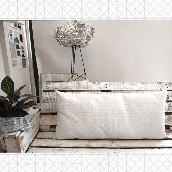 כרית לבנה לראש מיטה.