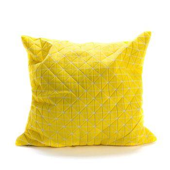 כרית צהובה ריבוע עם הדפס משולשים.