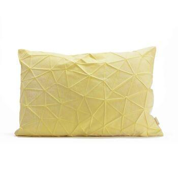 כרית מלבנית צהובה עם דוגמת משולשים