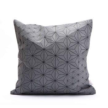כרית אפורה ריבועית עם הדפס גאומטרי- תמרה