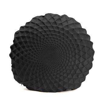 כרית שחורה עגולה עם הדפס דמוי תבליט.