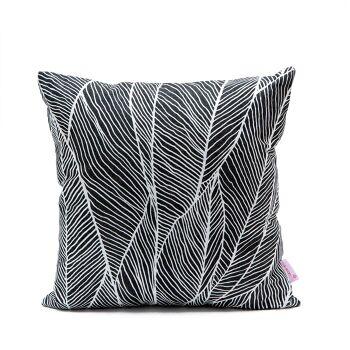 בלינג פניון – כרית בדפוס עלים בצבע שחור לבן