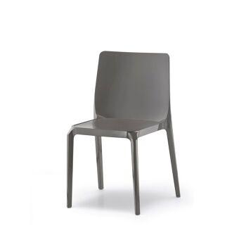 כסא אוכל בצבע אפור