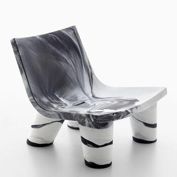 כורסת ליטא בצבע שחור לבן בעיצובה של פאולה נבונה