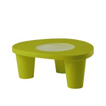 שולחן צד בעיצובה של פאולה נבונה, בצבע ירוק