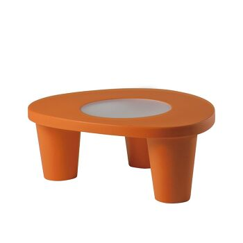 שולחן צד בעיצובה של פאולה נבונה, בצבע כתום