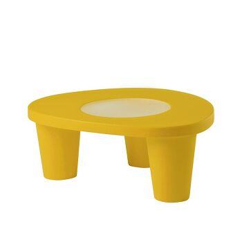 שולחן צד בעיצובה של פאולה נבונה, בצבע צהוב