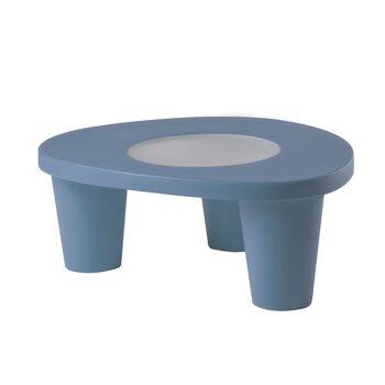 שולחן צד בעיצובה של פאולה נבונה, בצבע כחול