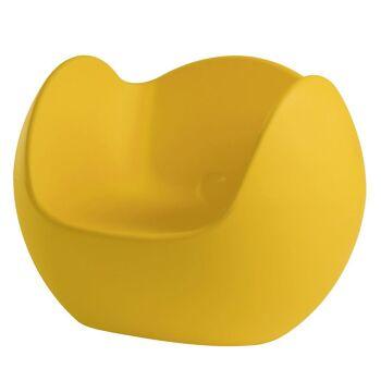 כורסת גן בעיצובו של קארים ראשיד בצבע צהוב