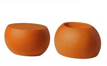 שולחן צד בעיצובו של קארים ראשיד בצבע כתום