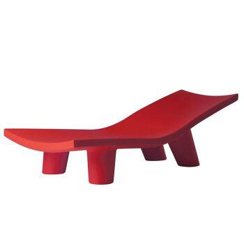 מיטת שיזוף ליטא בצבע בעיצובה של פאולה נבונה אדום