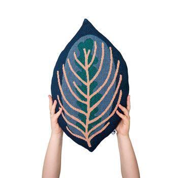 כרית כחולה בצורת עלה
